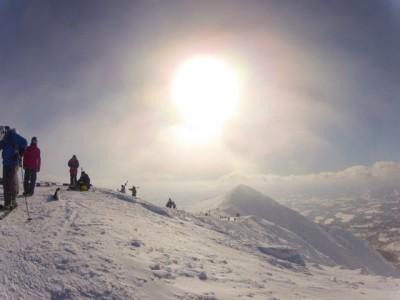 まずはボードをかかえて山頂への登山から一日がスタートします