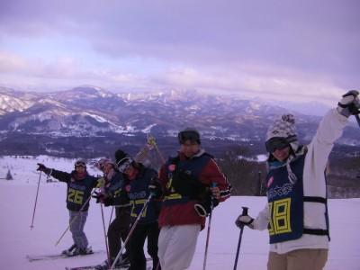 実習中は雨あり、雪あり、どんよりした日が多かったですが、一瞬の晴れ間に山々が姿を現してくれました!班の学生たちと記念撮影。