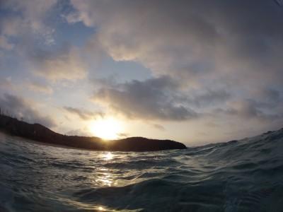座間味島阿真ビーチからの日の出。自然のパワーを感じます。