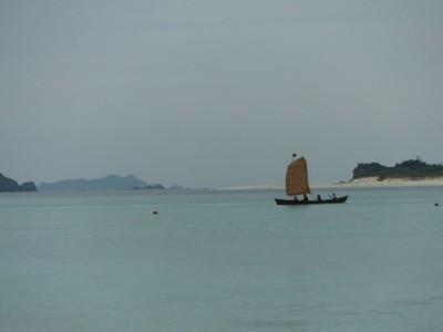 阿真ビーチ沖にて、帆をあげての練習