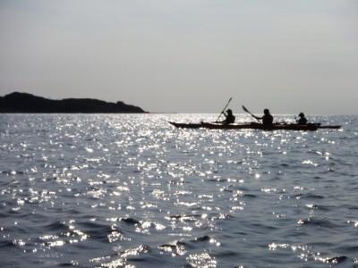 広い海に浮かぶシーカヤックのシルエットが私は大好きです