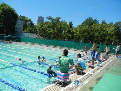 台風一過の青空の下でのプール実習は都心とは思えない光景でした
