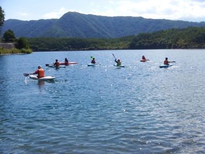 メインプログラムではカヤックを担当させていただきました。西湖でのツーリングは天気や風にも恵まれ気持ちよく漕ぐことができました