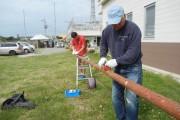 帆柱となる木の表面を削り、サバニのサイズに合うよう切り出しています