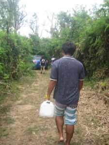 ベースには雨水しかないため、飲料水は近くの公園からその都度運びます