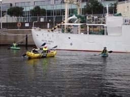大学所有の練習船の前で基礎練習